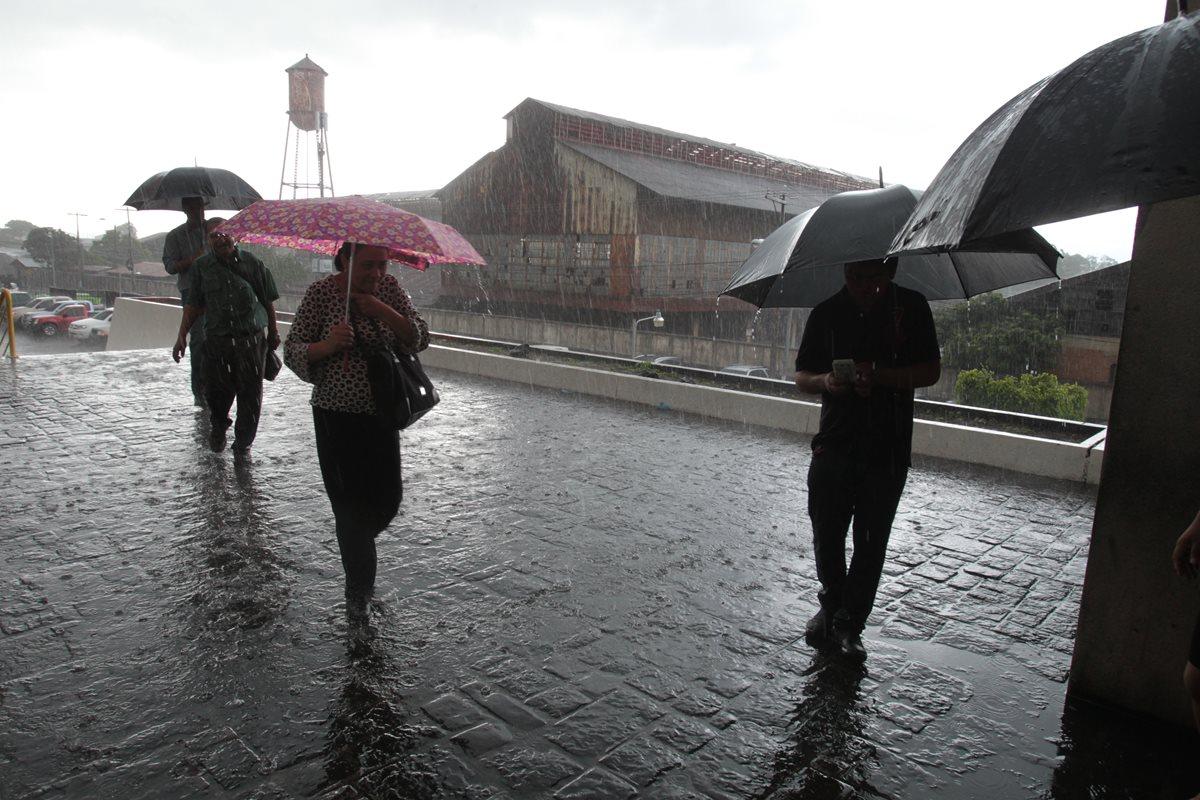 Alertan por inicio de temporada de lluvias y huracanes en el país