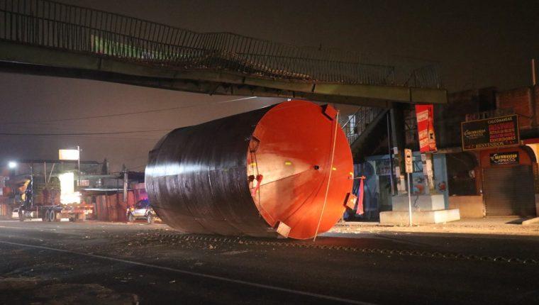 Cisterna quedó bajo la pasarela en el km 51 de la ruta Interamericana. (Foto Prensa Libre: Víctor Chamalé).