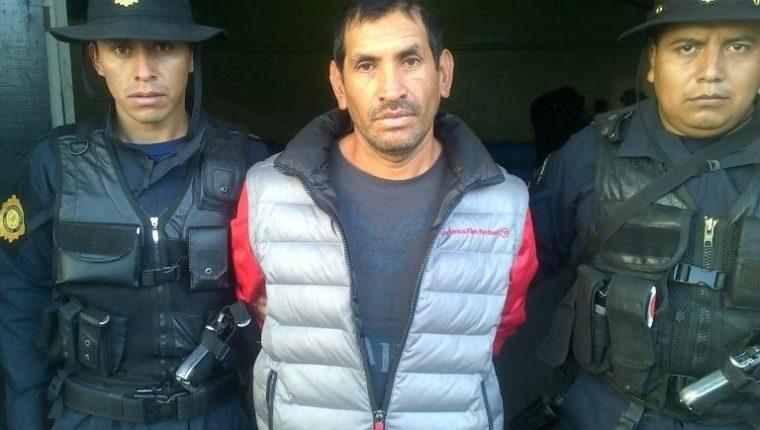 Domingo de Jesús Gabriel Guzmán, de 43 años, es aprehendido en San Pedro Sacatepéquez, San Marcos, sindicado de pertenecer a banda de supuestos estafadores. (Foto Prensa Libre: PNC)