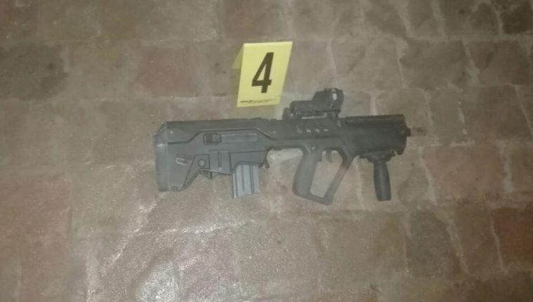 Uno de los fusiles encontrados en casa propiedad de Manuel Baldizón.