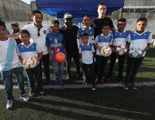 Los futbolistas Elías Enoc Vásquez y Milton Tyson Núñez, y el entrenador Rigoberto Gómez compartieron con niños de Santa Isabel II, zona 3, Villa Nueva (Foto Prensa Libre: Edwin Fajardo)