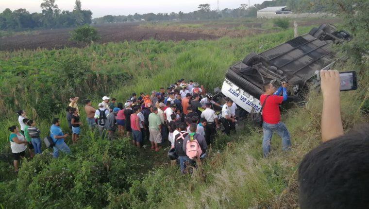 El bus cayó en una hondonada en el kilómetro 90 de la ruta al suroccidente. (Foto Prensa Libre: Enrique Paredes).