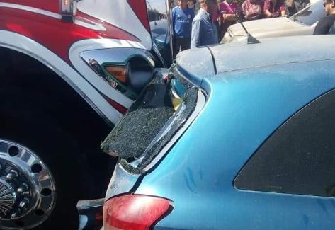 El bus que colisionó con los cinco automóviles. (Foto Prensa Libre: Héctor Cordero).