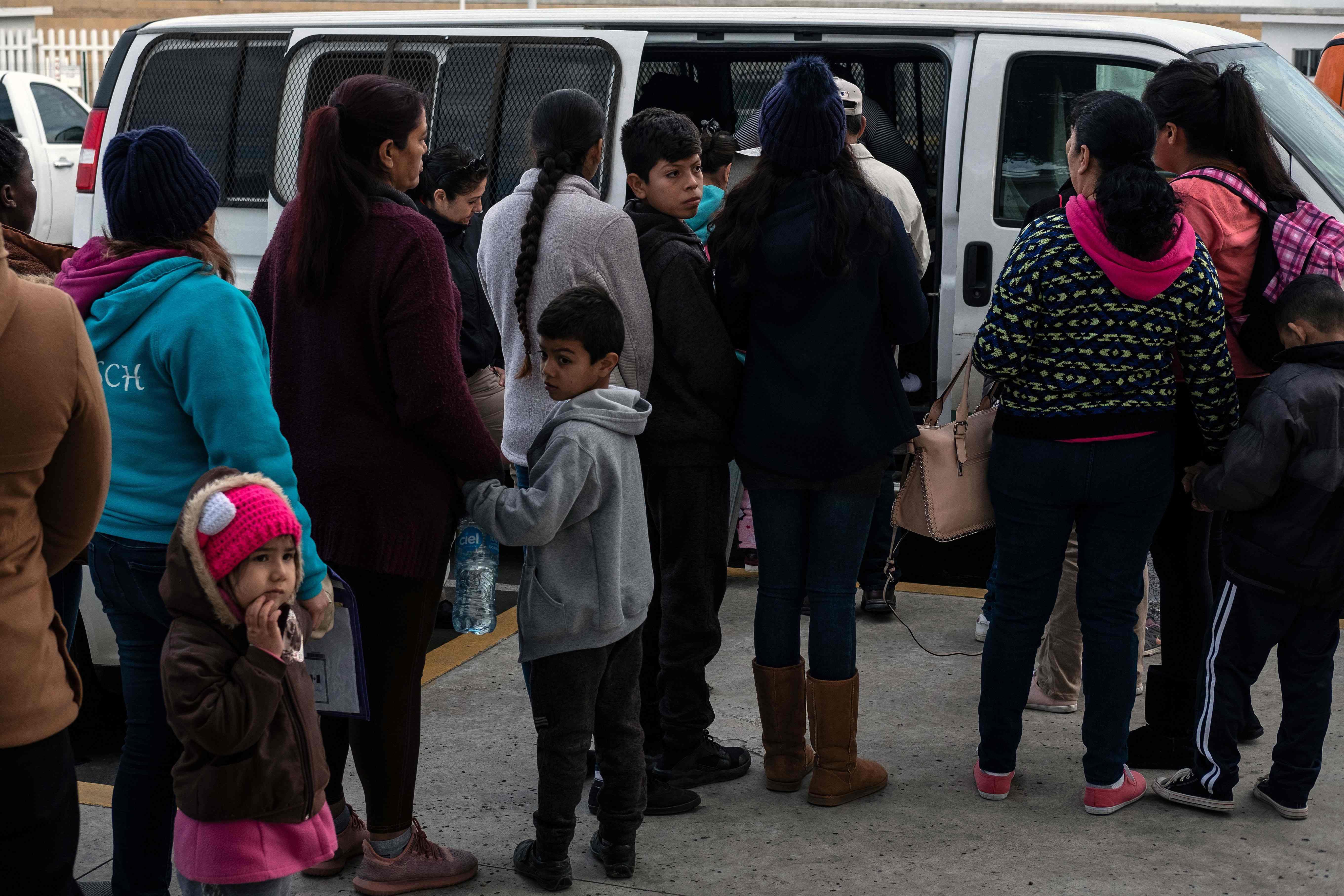 Solicitantes de asilo esperan ser llevados a EE. UU. desde Tijuana para presentar su solicitud. (Foto Prensa Libre: AFP)