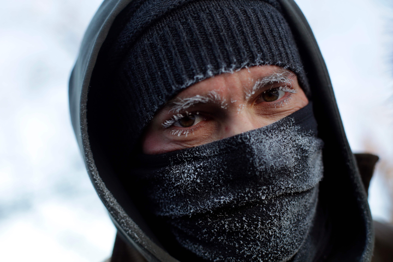 Las cejas y las pestañas de Frank Lettiere se congelan después de caminar a lo largo de la costa cubierta de hielo del Lago Michigan cuando las temperaturas bajaron a -20 grados