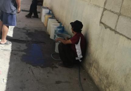 Vecinos se quejan por el servicio irregular de agua entubada en la zona 7