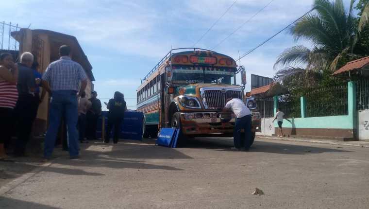Fiscales del Ministerio Público recaban evidencias en el bus donde ocurrió el asalto, en la ruta a Siquinalá, Escuintla.  (Foto Prensa Libre: Carlos Paredes)