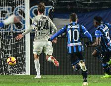 Duván Zapata (derecha) marca uno de los dos goles contra la Juventus, en el partido de los cuartos de final. (Foto Prensa Libre: AFP).
