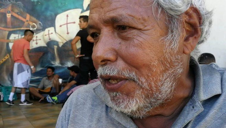 Germán Celaya Zaldívar descansan en el parque central de Tecún Umán, San Marcos, y espera el permiso para ingresar a México. (Foto Prensa Libre: Erick Ávila)