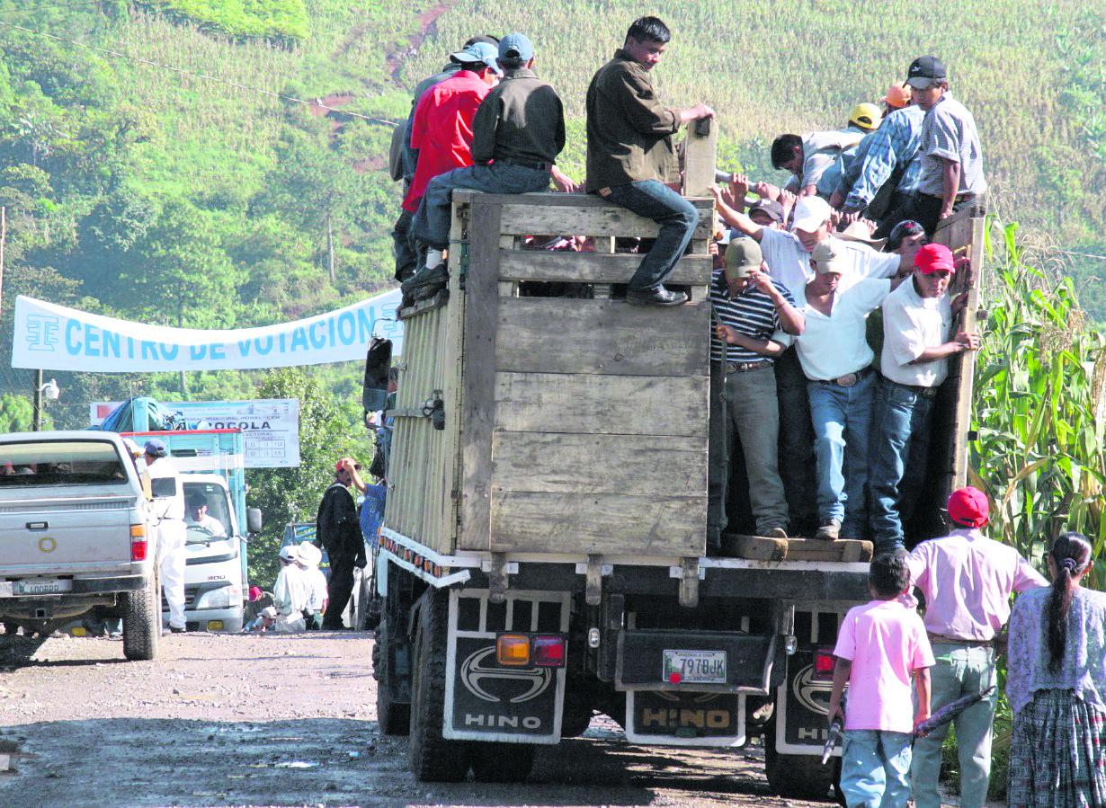 Varias personas son acarreadas para ir a votar. (Foto Prensa Libre: Hemeroteca PL)