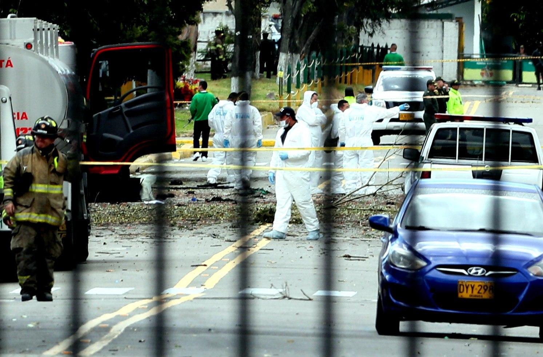 Personal del CTI trabajan en el lugar donde un carrobomba causó una explosión este jueves en la Escuela General Santander de la Policía en Bogotá, Colombia. (Foto Prensa Libre: EFE)