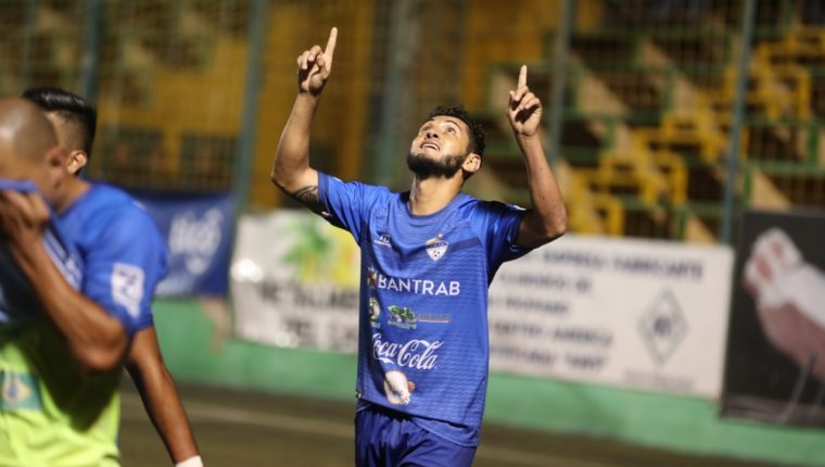 Edi Danilo Guerra consiguió el gol para Cobán Imperial. (Foto Prensa Libre: Edwin Fajardo)