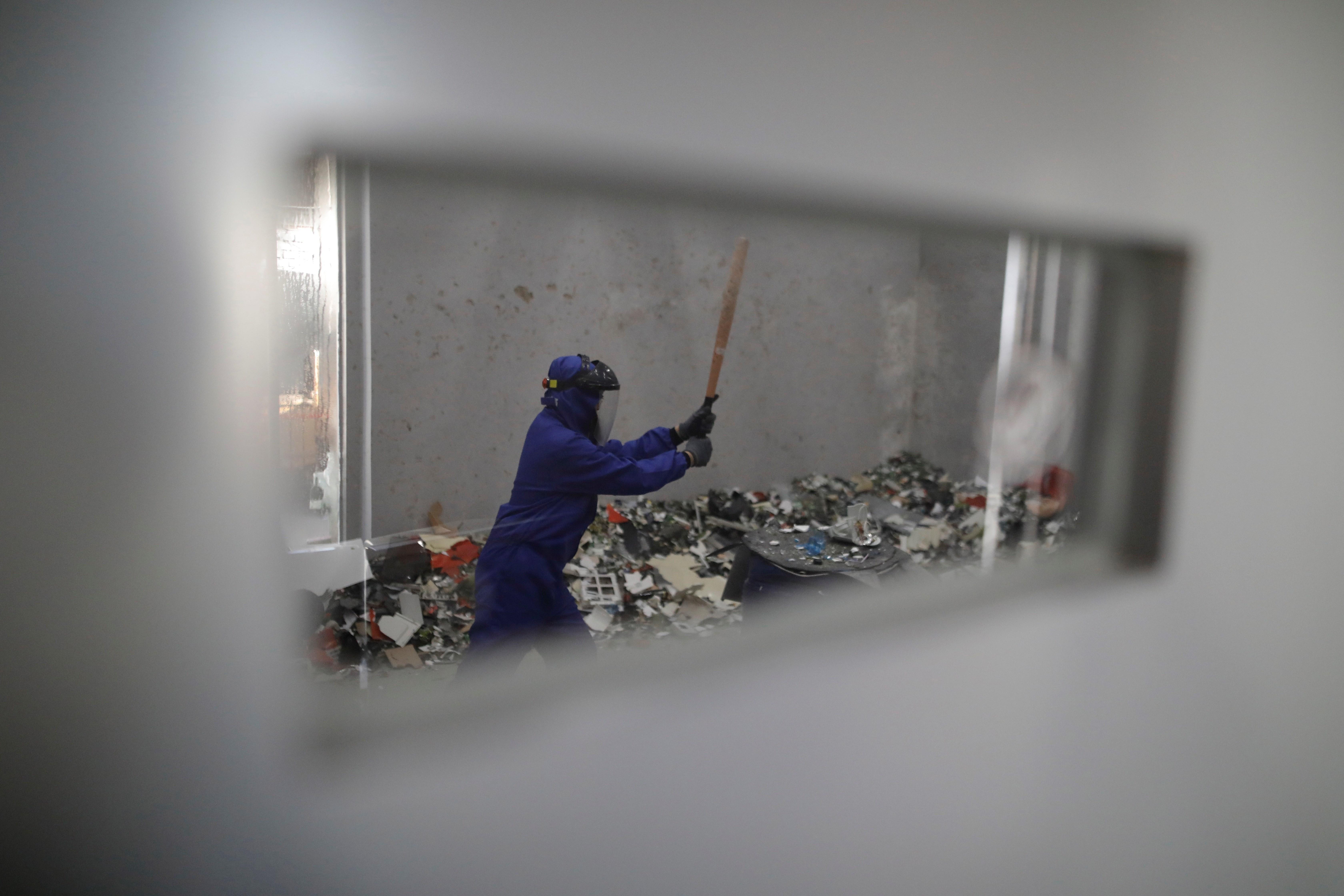 La sala, que abrió en la capital china en septiembre de 2018, ayuda a sus clientes a liberar estrés rompiendo botellas, muebles viejos, maniquíes y otros objetos por unos 26 euros media hora. (Foto Prensa Libre: EFE)