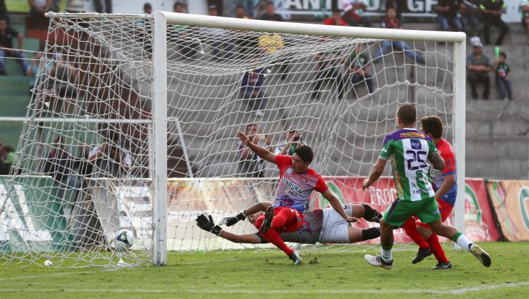 Pablo MIngorance hizo el gol de la diferencia para Antigua GFC frente a Iztapa. (Foto Prensa Libre: Edwin Fajardo)