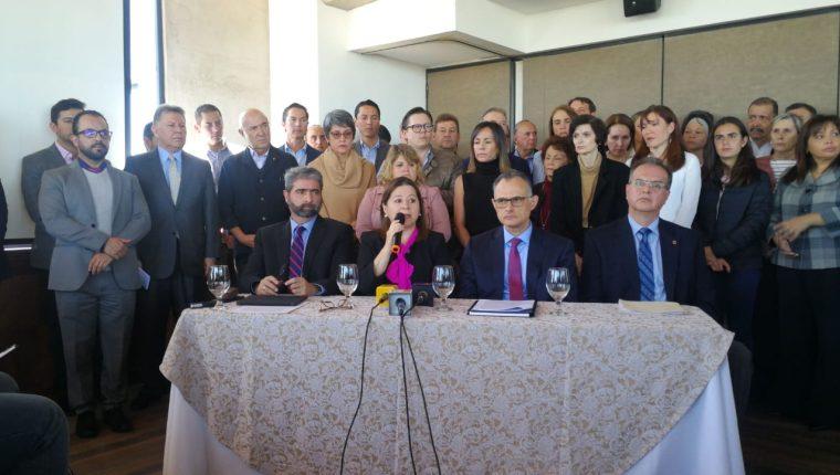 Familiares y amigos del empresario Max Quirin piden que se otorgue una medida sustitutiva. (Foto Prensa Libre: Érick Ávila)