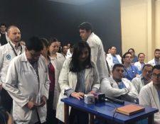 Los médicos del Hospital Roosevelt sostienen una asamblea para leer un comunicado en el que exigen a las autoridades de Salud que cumplan con el incremento salarial. (Foto Prensa Libre: Cortesía)