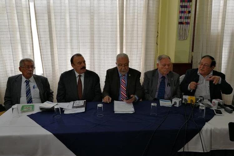 Juan César García, Milton Aguirre, Guillermo Pellecer, Baudilio Ordoñez y Gabriel Larios integrantes de la Asociación de Dignatarios de la Nación en conferencia de prensa. (Foto Prensa Libre: Manuel Hernández)