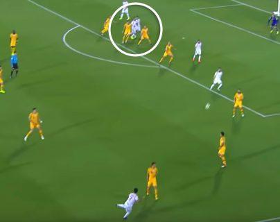 Así fue la jugada con en la que dos jugadores de Siria se chocaron y el árbitro marco penalti a su favor. (Foto Prensa Libre: Redes)