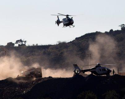 Helicópteros de salvamento se apuestan en las cercanías del pozo en que había caído Julen. (Foto Prensa Libre: EFE)