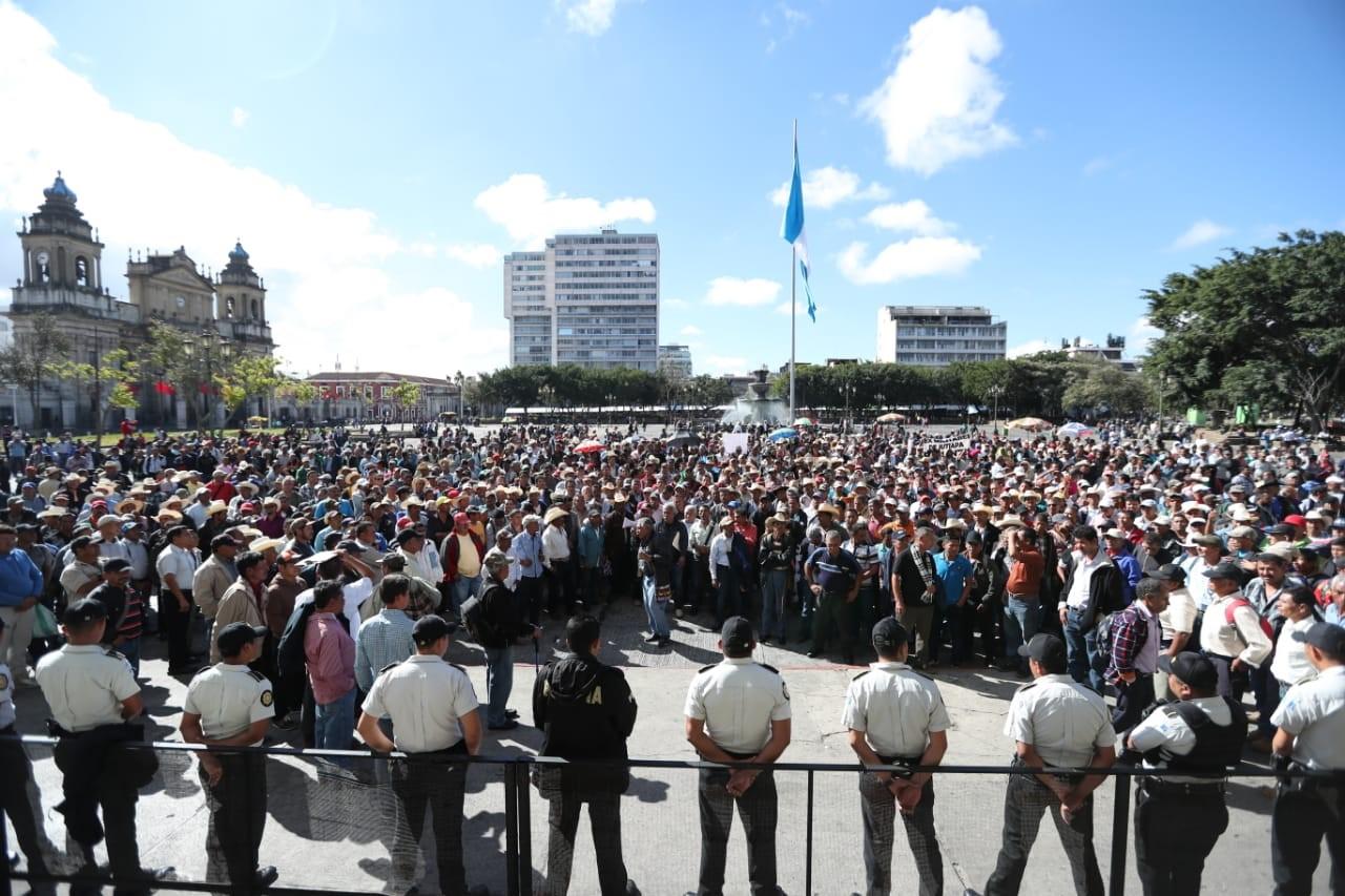 Policías protegen el Palacio Nacional de la Cultura debido a la manifestación de los integrantes de Avemilgua, quienes pidieron al presiente un resarcimiento. (Foto Prensa Libre: Esbin García)