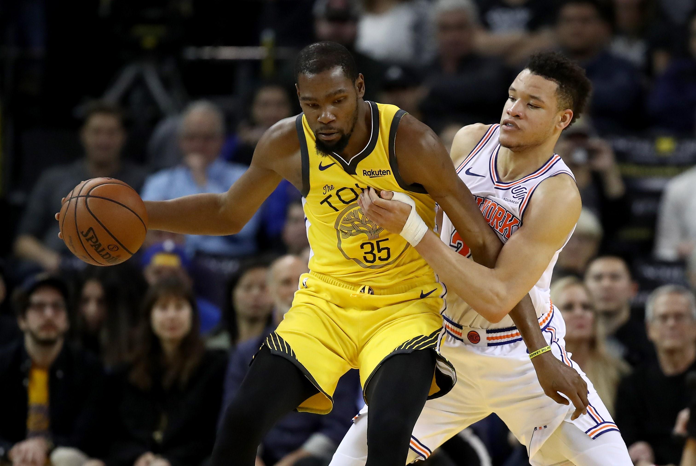 Kevin Durant #35 de los Warriors y Kevin Knox #20 de los New York Knicks. (Foto Prensa Libre: AFP)