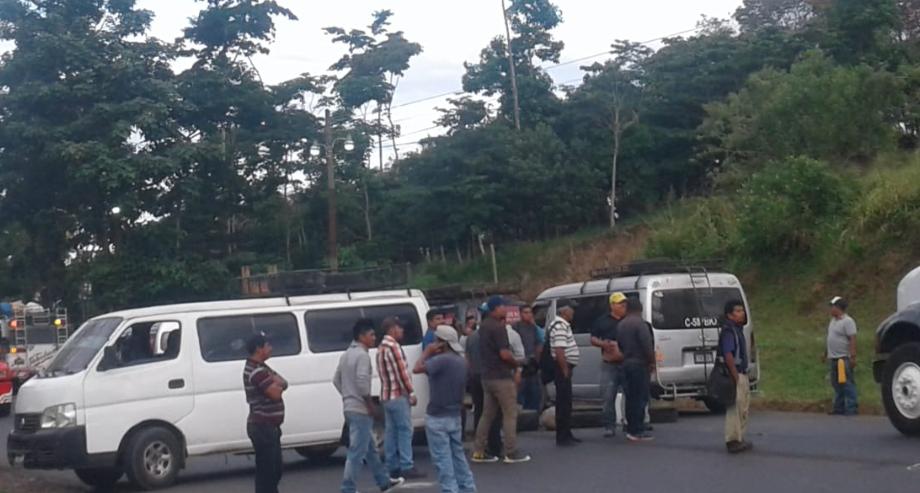 Microbuses impiden al paso de vehículos en la ruta al suroccidente. (Foto Prensa Libre: Cortesía).