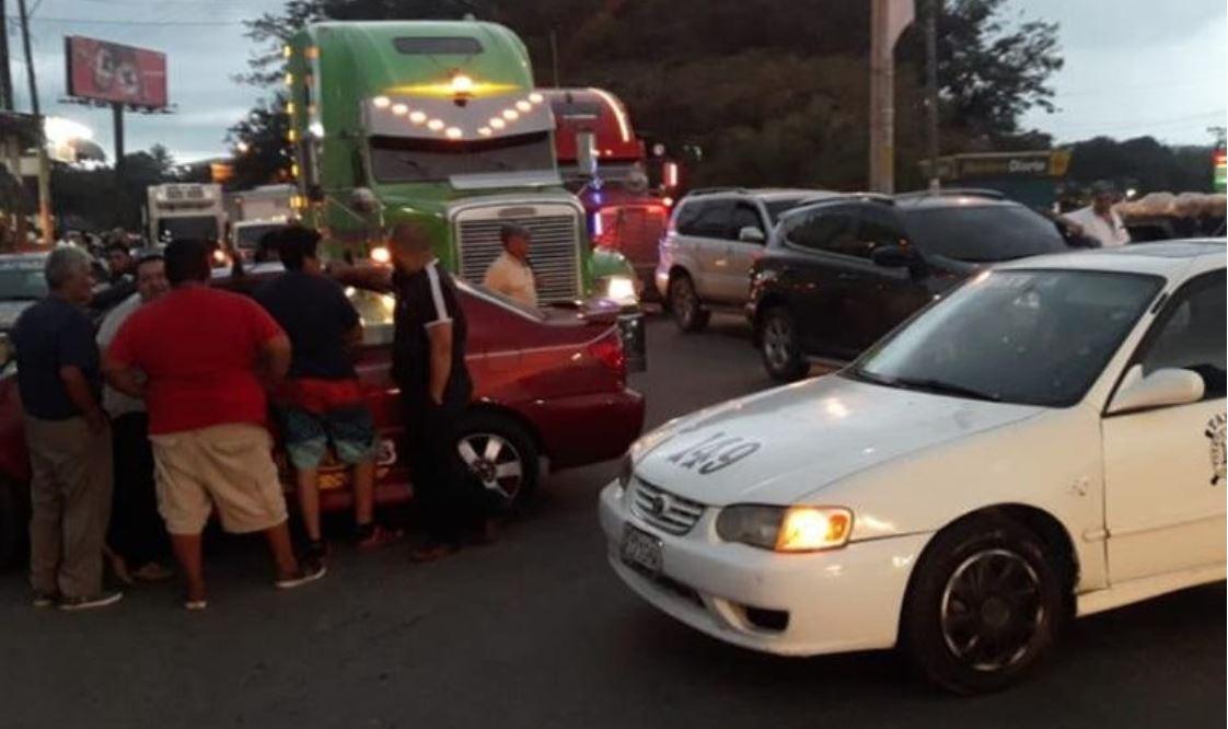 Algunos taxistas atravesaron las unidades en la vía para impedir el paso. (Foto Prensa Libre: César Hernández).