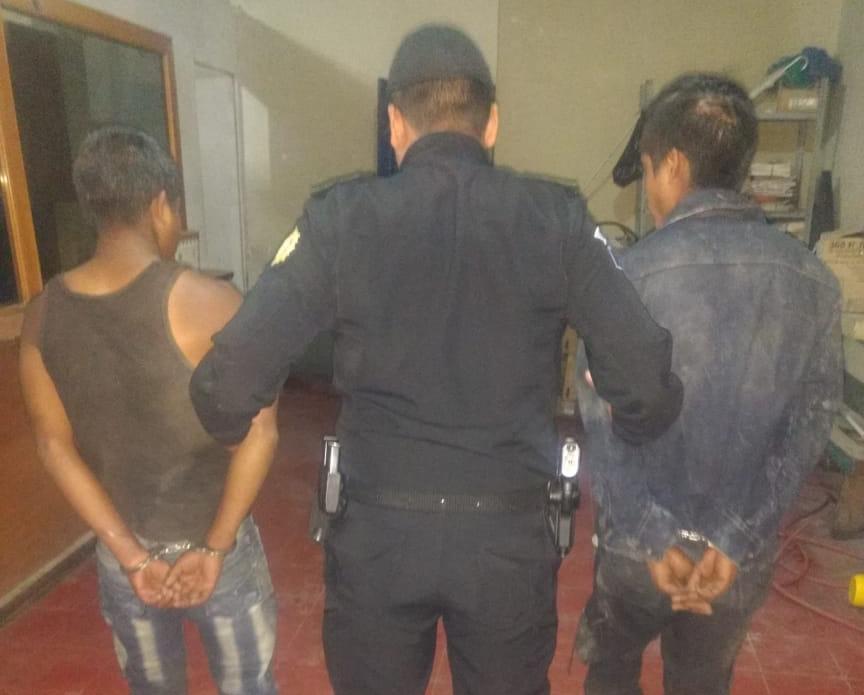 Los dos sospechosos de la muerte del menor fueron entregados a las autoridades en Colotenango, Huehuetenango. (Foto Prensa Libre: PNC).