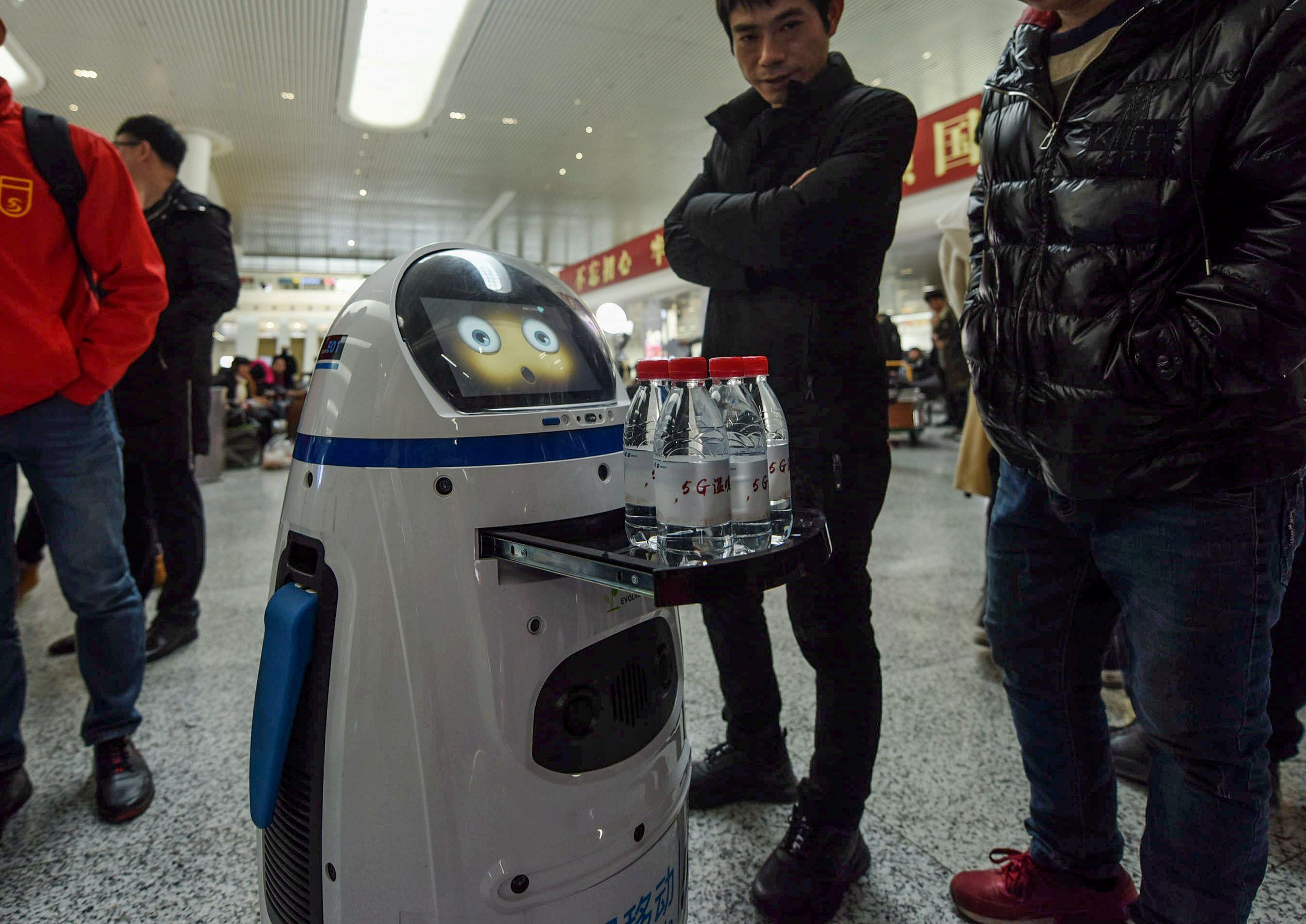 La llegada de la inteligencia artificial al mundo productivo puede suponer amenazas laborales para los trabajadores. (Foto Prensa Libre: AFP)