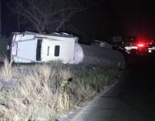 Camión cisterna que volcó en la ruta al Pacífico. (Foto Prensa Libre: Enrique Paredes).