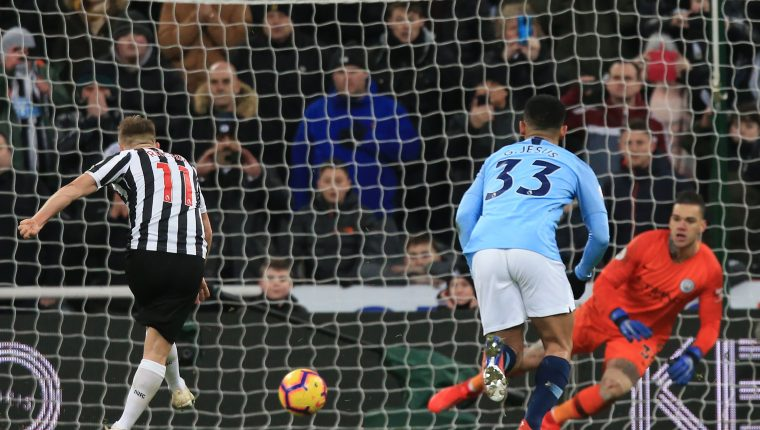 Newcastle United's Scottish midfielder Matt Ritchie (L) scores their second goal from the penalty spot past Manchester City's Brazilian goalkeeper Ederson (R) during the English Premier League football match between Newcastle United and Manchester City at St James' Park in Newcastle-upon-Tyne, north east England on January 29, 2019. (Photo by Lindsey PARNABY / AFP) / RESTRICTED TO EDITORIAL USE. No use with unauthorized audio, video, data, fixture lists, club/league logos or 'live' services. Online in-match use limited to 120 images. An additional 40 images may be used in extra time. No video emulation. Social media in-match use limited to 120 images. An additional 40 images may be used in extra time. No use in betting publications, games or single club/league/player publications. /