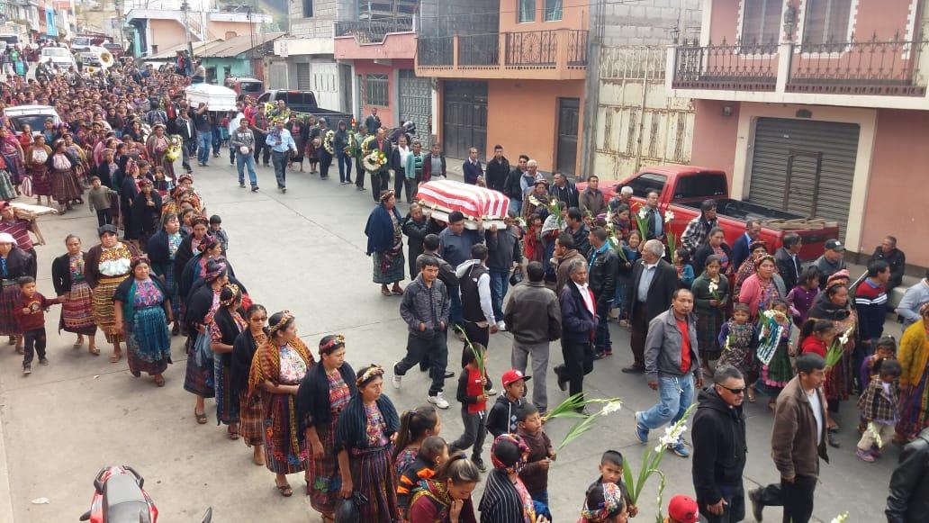 Cientos de vecinos de Concepción Chiquirichapa dieron el último adiós a Ana y su pequeña hija. (Foto Prensa Libre: Cortesía)