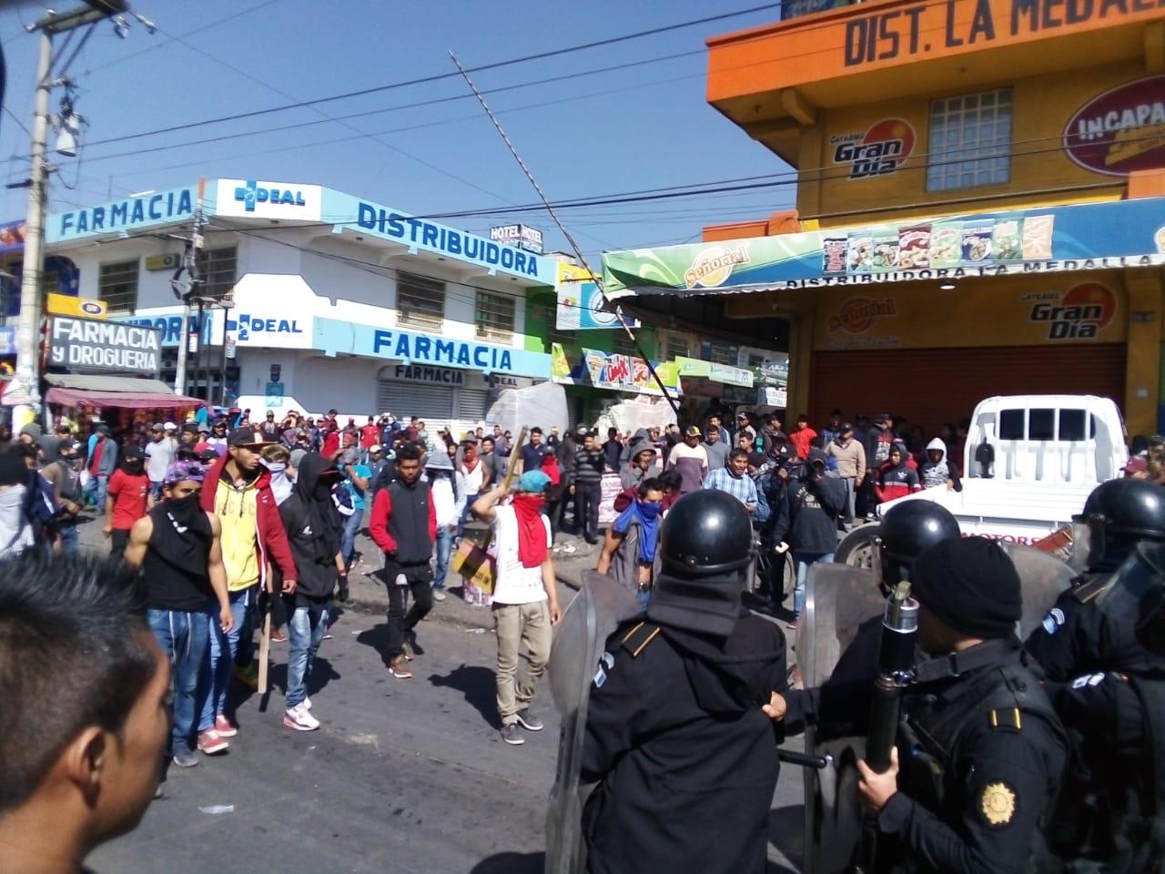 Supuestos vendedores arremetieron contra elementos de la PNC (Foto Prensa Libre: Cortesía)