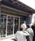 El negocio ubicado en la zona 3 de Xela presenta varias perforaciones de bala luego que dos hombres en motocicleta dispararon contra el lugar. (Foto Prensa Libre: Raúl Juárez)