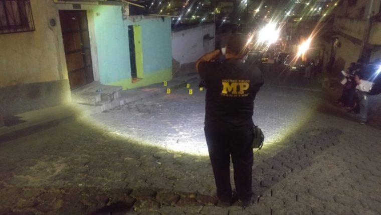 El ataque armado se perpetró en horas de la noche de este miércoles ante el pánico de los vecinos en la zona 7. (Foto Prensa Libre: Raúl Juárez)