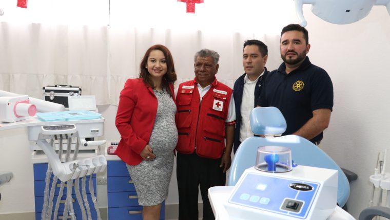 Susana Guzmán, de Xelapan, Juventino de León, de Cruz Roja, y Pablo Álvarez y Esaú Corzo, del Club Rotario, participan en la entrega de la clínica. (Foto Prensa Libre: Raúl Juárez)