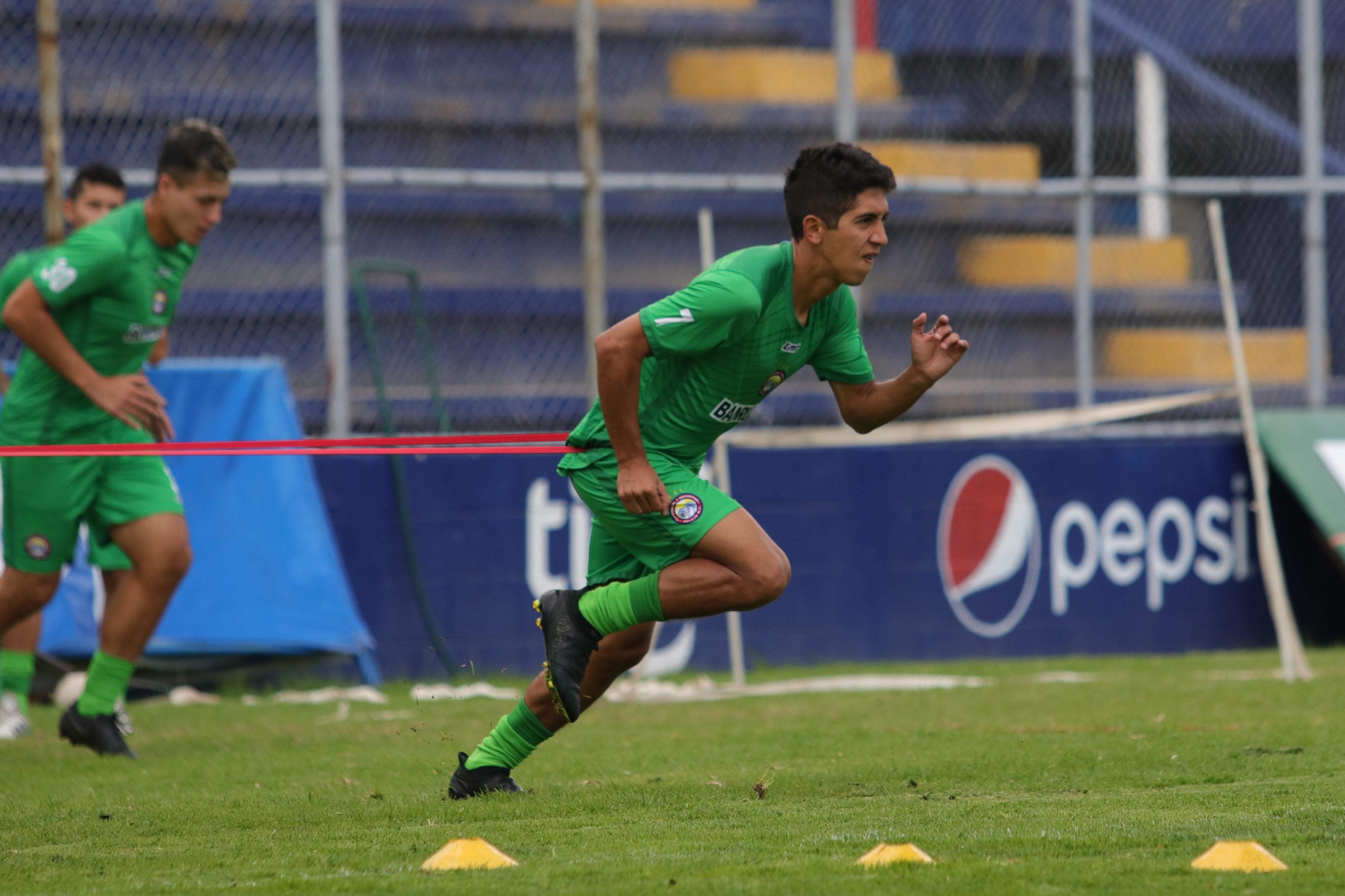 Édgar Macal buscará darle movilidad al medio campo de Xelajú luego de perderse la primera jornada por estar suspendido. (Foto Prensa Libre: Raúl Juárez)
