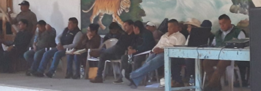 Autoridades ediles permanecen en el salón comunal de Río San Juan. (Foto Prensa Libre: Mike Castillo).