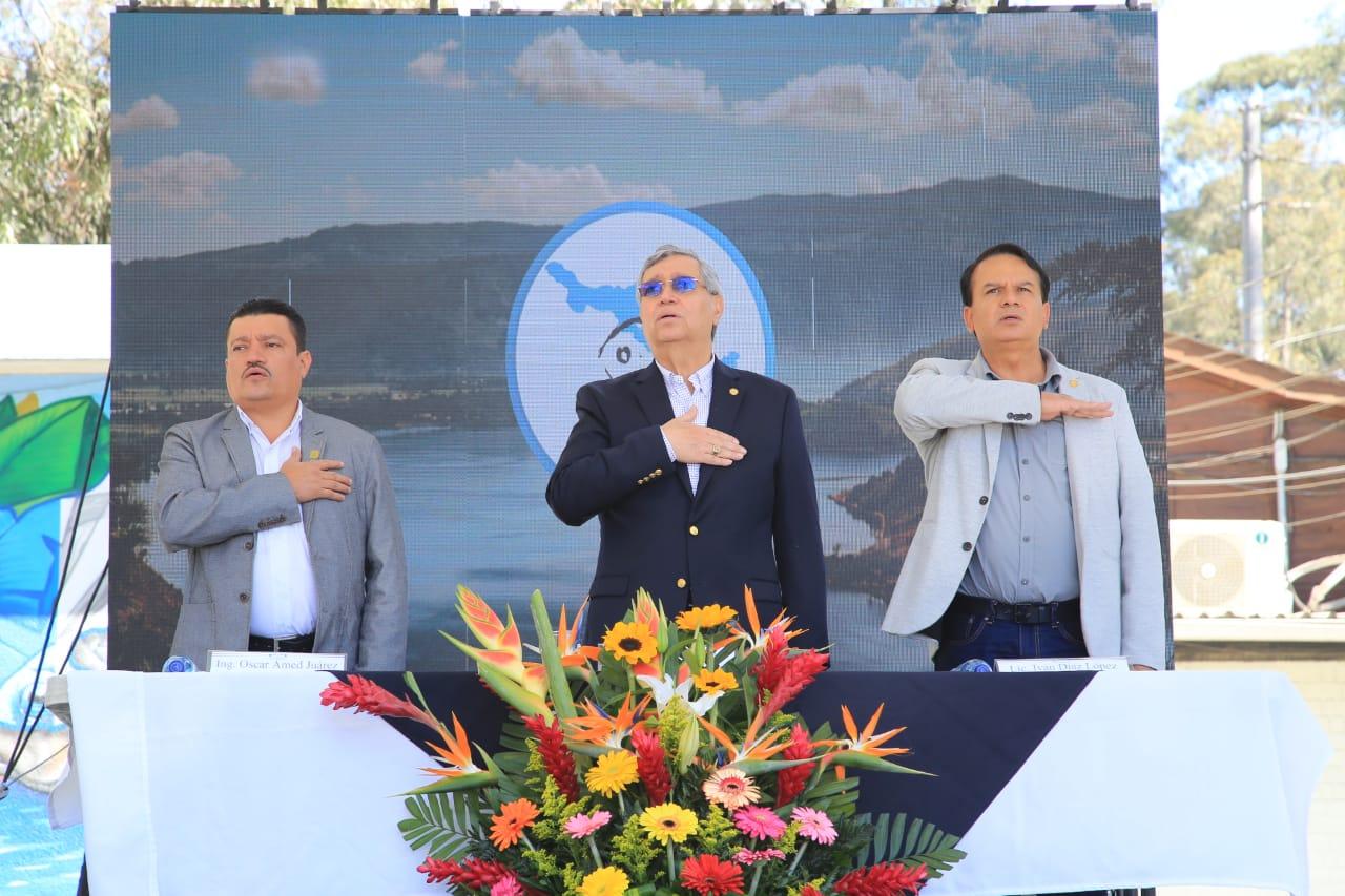 El vicepresidente Jafeth Cabrera participa de una actividad relacionada con la limpieza del Lago de Amatitlán. (Foto Prensa Libre: Vicepresidencia)