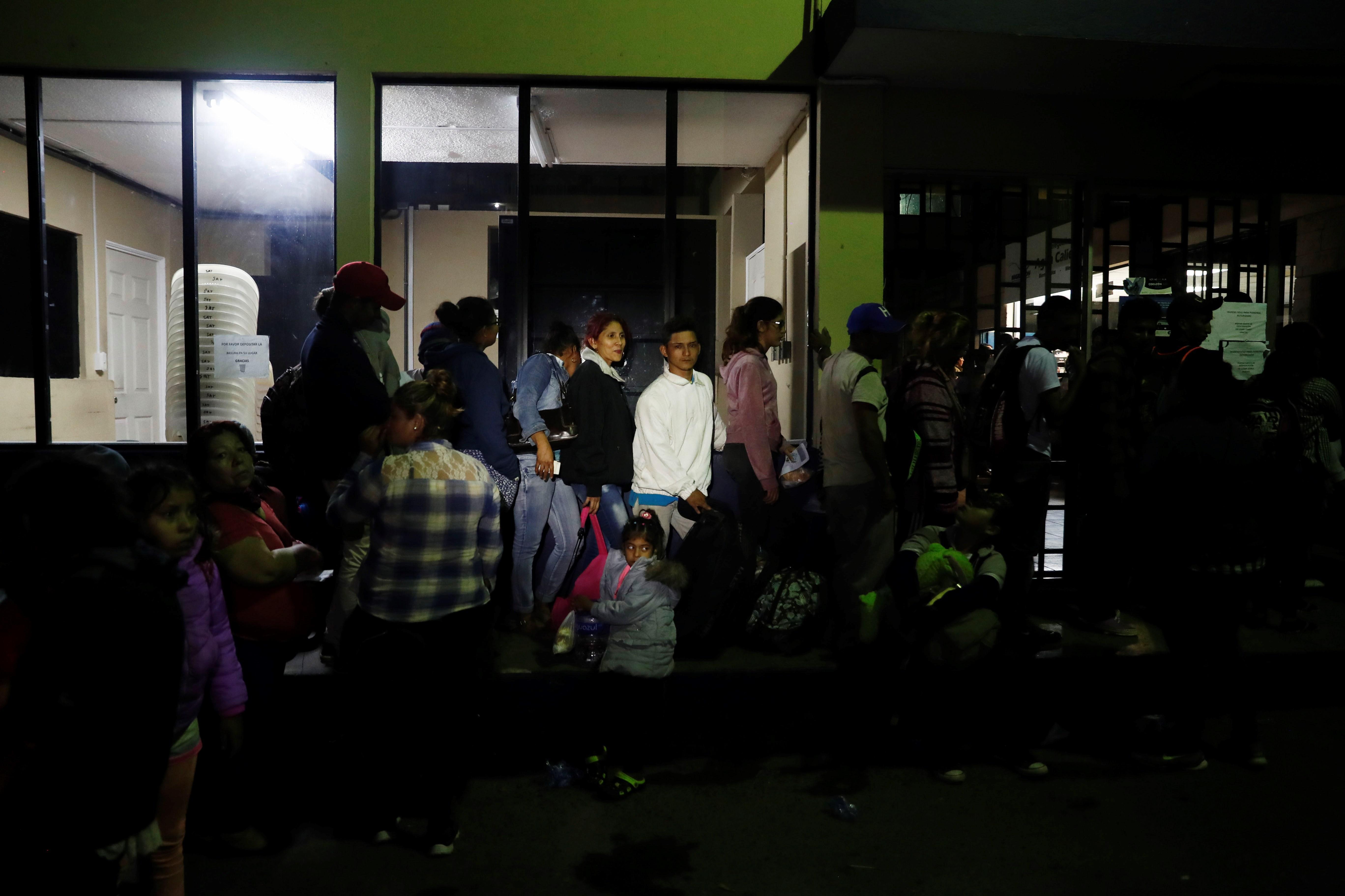 Ciudadanos hondureños esperan a registrarse para poder cruzar la frontera hoy, en Agua Caliente. (Foto Prensa Libre: EFE)