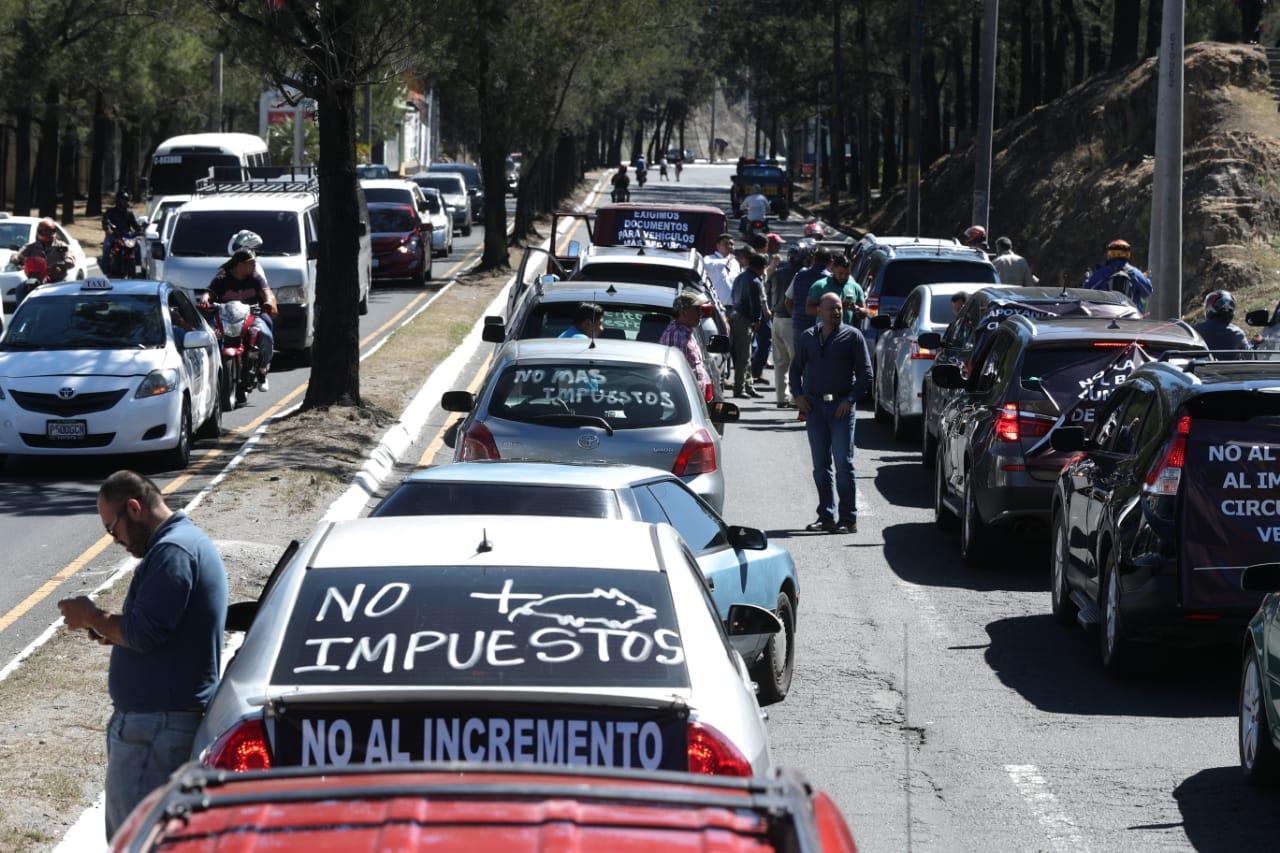 Los importadores de vehículos usados manifestaron ayer con una caravana por varias zonas de Chimaltenango y el área metropolitana, en contra de decisiones de la SAT que repercuten en aumento en el monto de los impuestos relacionados a vehículos.   (Foto, Prensa Libre: Esbin García).