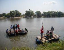 Los migrantes siguen cruzando la frontera con México y Guatemala en el río Suchiate. (Foto Prensa Libre: EFE)