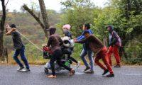 Una familia hondureña camina en la ruta de Esquipulas a Chiquimula. (Foto Prensa Libre: Carlos Hernández)