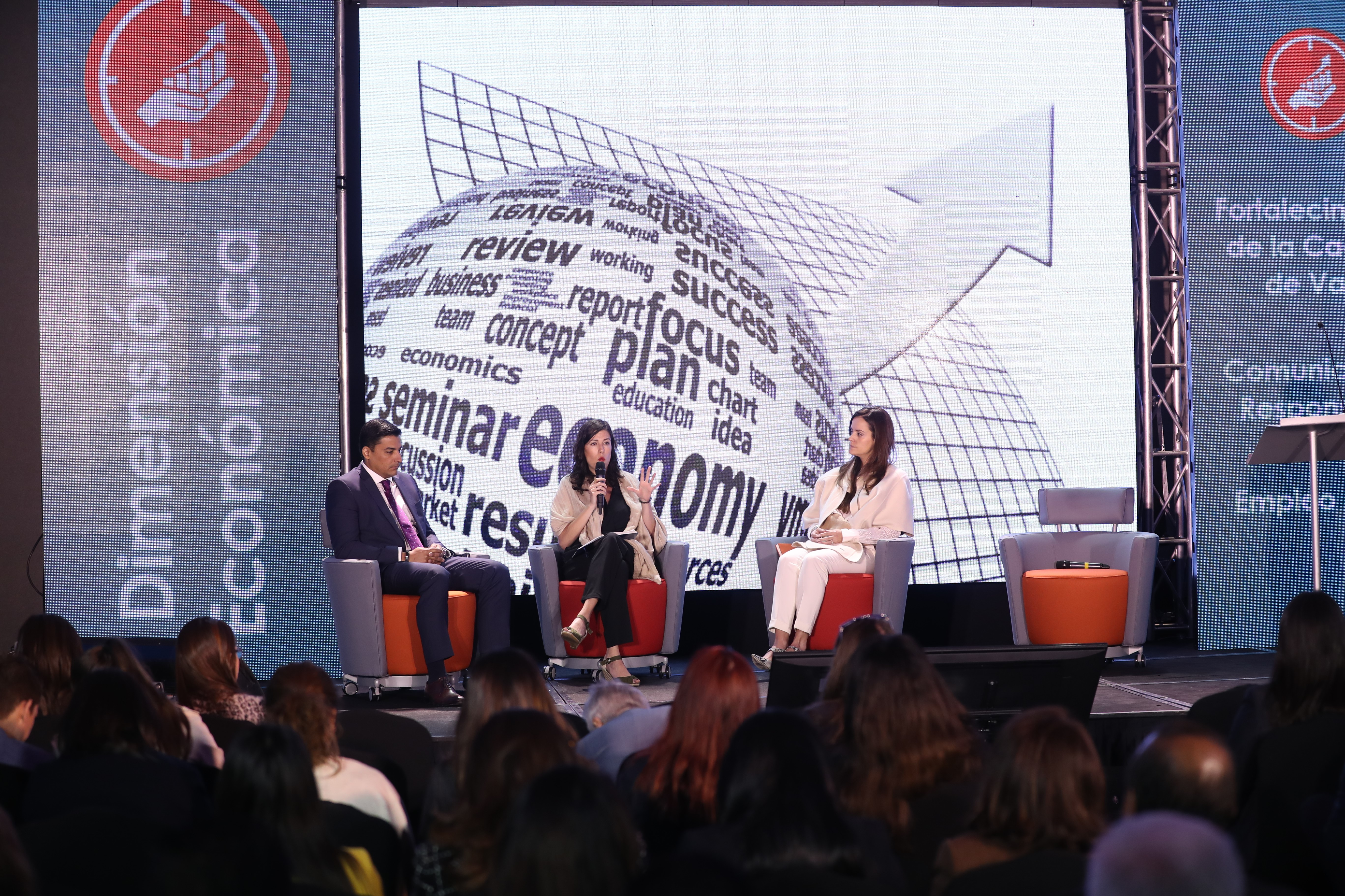 Javier Posas, Director IFC, Claudia Asencio ejecutiva de Grupo Pantaleón y Paula Ruiz,  moderadora, participan en uno de los foros de Centrarse durante la presentación de la Estrategia 2019. (Foto, Prensa Libre: Carlos Hernández).