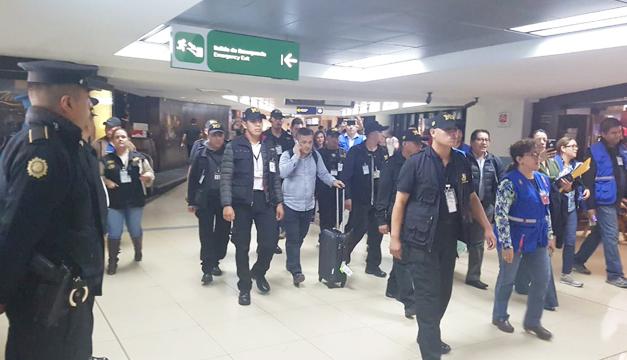 La CIDH condena las acciones intimidatorias del Gobierno contra la Cicig, como la retención en el aeropuerto del investigador Ylsen Osorio (centro). (Foto: Hemeroteca PL)