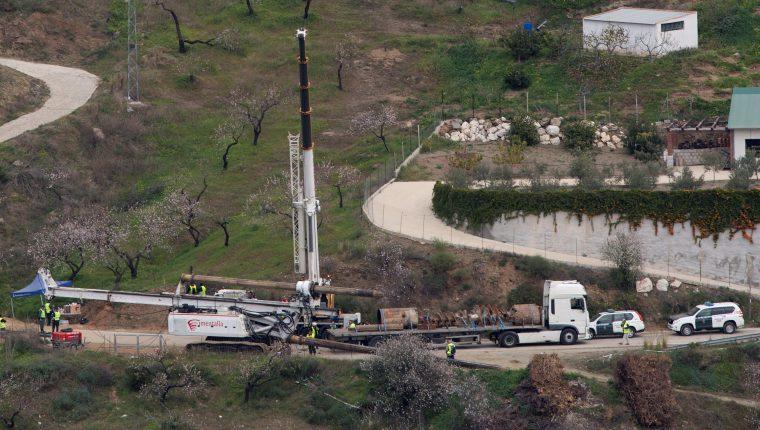 Las máquinas continúan los trabajos de rescate de Julen, el niño de dos años que cayó el pasado domingo a un profundo y estrecho pozo en la localidad de Totalán (Málaga). (Foto Prensa Libre: EFE).