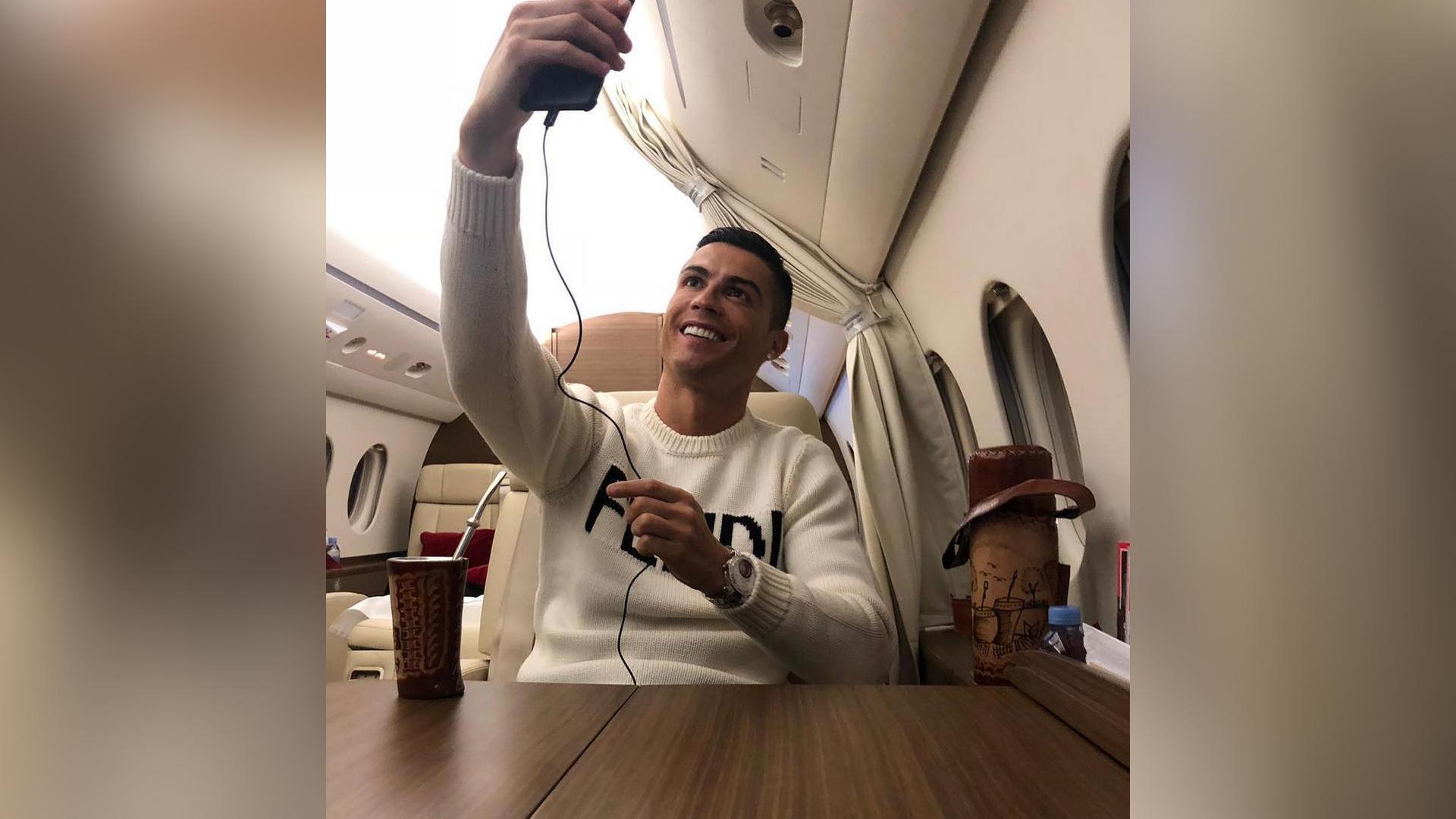Cristiano Ronaldo se tomó esta fotografía en su avión privado después de comparecer ante la justicia española. (Foto Prensa Libre: Instagram @cristiano)