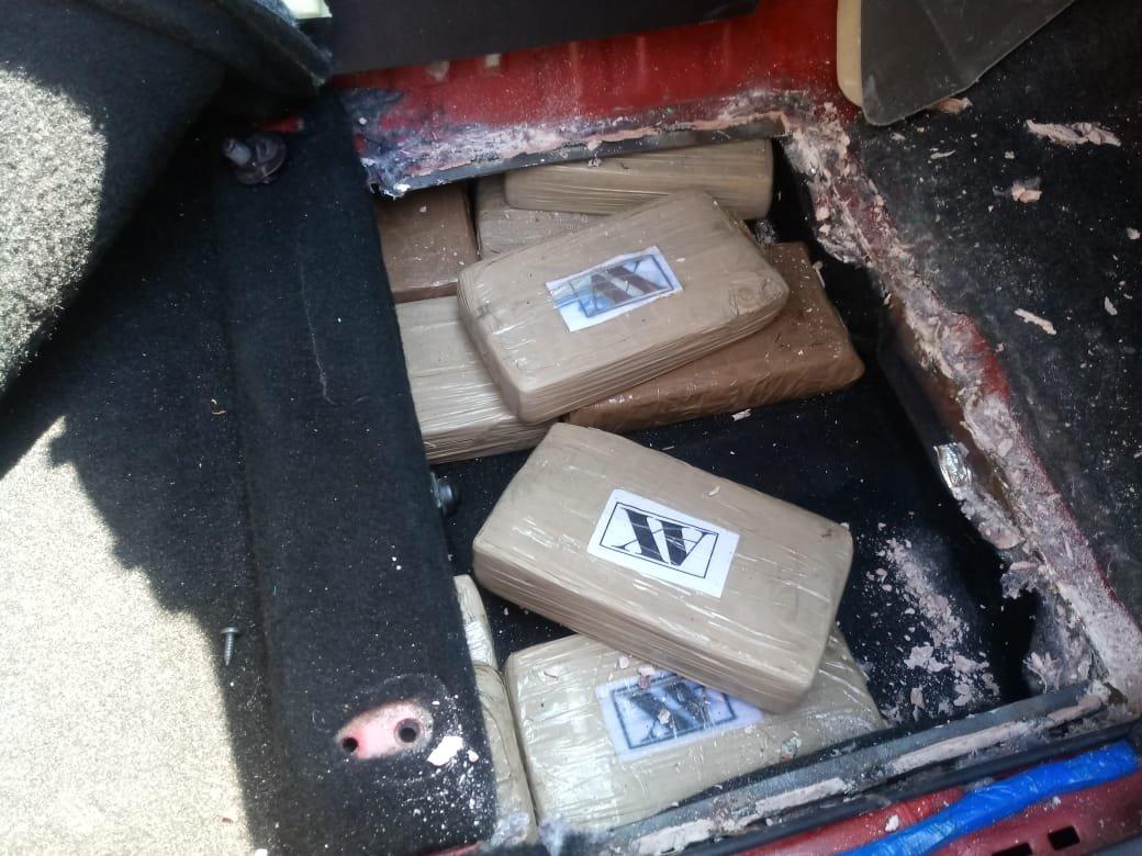 Algunos de los paquetes de posible droga decomisados en automotor en Retalhuleu. (Foto Prensa Libre: MP).