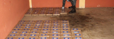 En el vehículo que estaba en un autohotel fueron decomisados 155 paquetes de cocaína. (Foto Prensa Libre: PNC).