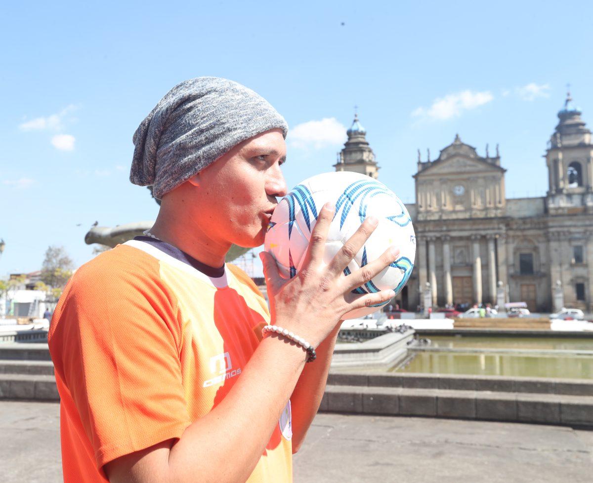 Aficionada al futbol guatemalteco lanza rifa para apoyar a Roberto Cóbar en el pago de sus quimioterapias